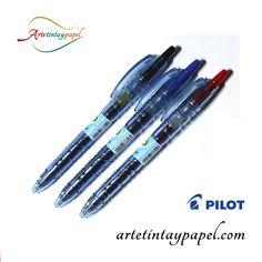 Bolígrafo Pilot  BP2, este bolígrafo tiene forma de botella ya que está hecho con plásticos reciclados. Gracias a que es transparente podemos ver el nivel de tinta. La tinta es de gel con una punta de bola de 0,7mm y trazado igual. Sistema retráctil.