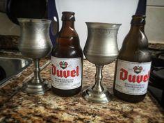 Erro inaceitável. Utiliza taças de estanho para tomar cerveja. Mas percebi a tempo. Cerveja e estanho não combinam e é um abuso aos ancestrais tomadores de um bom vinho. Lição clássica: vinho - taça de estanho. Cerveja - taça de cobre.
