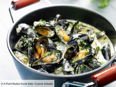 Mussels with cream and white wine- Moules à la crème et au vin blanc Discover the recipe Mussels with cream and wine … - Wine Recipes, Food Network Recipes, Great Recipes, Cooking Recipes, Shellfish Recipes, Seafood Recipes, Food In French, Mediterranean Recipes, International Recipes
