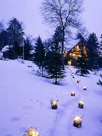 ice candle luminaries for outdoor decor! Lodge Style Decorating, Decorating Ideas, National Park Lodges, Mountain Cottage, Mountain Cabins, Log Cabins, Organic Gardening Magazine, Winter Magic, Winter Fun