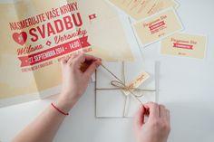 Naozaj netradičný formát svadobného oznámenia. Videli ste už pozvánku vo formáte A3? My nie. A preto sme vytvorili toto veľkoformátové oznámenie, ktorým určite prekvapíte všetkých hostí. Aby sa zmestilo do obálky je poskladané a uviazané poštovým motúzom. Stačí ho už len poslať. Gift Wrapping, Vase, Gifts, Gift Wrapping Paper, Presents, Wrapping Gifts, Favors, Vases, Gift Packaging