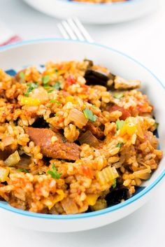 Easy Cajun Jambalaya, a delicious Vegan recipe chock-full of flavor and goodness. Uses vegan sausages for meatiness. Cajun Recipes, Veggie Recipes, Vegetarian Recipes, Cooking Recipes, Rice Recipes, Recipies, Vegan Soups, Southern Dishes, Southern Recipes