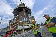 De Delftse molen De Roos werd gisteren een meter opgevijzeld. De molen moet tijdelijk de lucht in om eronder het dak van de nieuwe spoortunnel te kunnen bouwen. De historische molen –bouwjaar 1679– zal volgend jaar weer 'landen'. Foto ANP