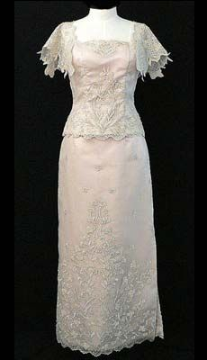 New Filipiniana Styles for the new You Barongs R Us committed to offer qualitative and extensive range of original Barong suits, dresses, branded clothing, Barong Tagalog for men & Filipiniana dresses for women. Formal Dresses For Men, Formal Gowns, Modern Filipiniana Dress, Line Shopping, Gowns Of Elegance, Evening Gowns, Bride, Stylish, Suits