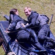 The Hunger Games: Mockingjay Behind the Scenes. Hunger Games Cast, Hunger Games Movies, Hunger Games Fandom, Hunger Games Trilogy, Katniss And Peeta, Katniss Everdeen, Josh Hutcherson, Jennifer Lawrence, Josh And Jennifer
