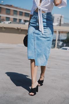 How to Style Denim in August The denim skirt is back! If you're having trouble styling jean skirts but like the look, I'm sharing 3 tips to get you there. Denim Skirt Outfits, Denim Outfit, Denim Pencil Skirt Outfit, Ropa Upcycling, Estilo Jeans, Diy Vetement, Moda Paris, Outfit Trends, Jeans Rock
