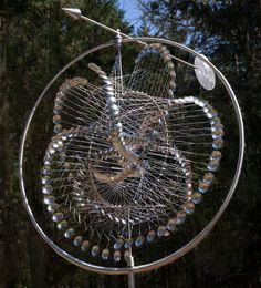 Anthony Howe est un artiste américain qui réalise ces sculptures qui bougent par la force du vent. [Via]