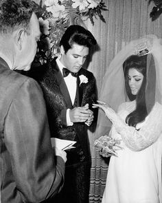 # Elvis and Priscilla Presley were married on May 1967 in Milton Prell's suite at the Aladdin Hotel in Las Vegas, Nevada. Their civil ceremony was performed by Nevada Supreme Court Justice David Zenoff. Lisa Marie Presley, Elvis Y Priscilla, Priscilla Presley Wedding, Joan Crawford, Graceland, Vintage Hollywood, Classic Hollywood, Hollywood Style, Hollywood Glamour