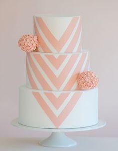 Uma estampa geométrica mais leve, que cobre todos os andares do bolo de casamento. A tonalidade coral pastel garante que o contraste não seja demais, ficando um resultado romântico e até mesmo delicado, com um toque de modernidade. Leia este artigo para mais fotos de bolos de casamento.