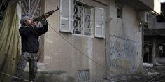 Un rebelle armé dans la ville de Deir Ezzor. (ZAC BAILLIE / AFP)