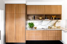 Real home: Mid-century kitchen renovation is the perfect fit When the owners of this mid-century Melbourne abode were looking to upgrade their kitchen, rather than installing a generic, modern design they decided to complement the origins of their home… Layout Design, Timber Kitchen, Narrow Kitchen, Contempory Kitchen, Long Kitchen, Ikea Kitchen, Kitchen Cabinets, Design Minimalista, Mid Century Modern Kitchen