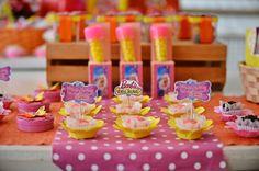 """Maria Isabel escolheu o filme """"Barbie e o Portal Secreto"""", estrelado por sua boneca preferida, para celebrar seus seis anos com a família e os amigos, na cidade de Ubatuba (SP), onde mora. A decoração foi feita por Ana Paula Consolino, da Festejar (www.facebook.com/festejarubatuba). Nesta foto, a mesa do bolo"""