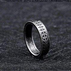 Gothic Engagement Ring, Vintage Engagement Rings, Fashion Rings, Men's Fashion, Fashion Jewelry, Fashion Vintage, Gothic Fashion, Dark Fashion, Gothic Rings