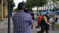 Die Schießerei in einem Münchner Einkaufszentrum ist und war Thema auf vielen TV-Kanälen. Da stellt sich die Frage zum Verhältnis von Informationen und Fakten zu Bildern und Emotionen. FAU-Medienethiker  Prof. Dr. Christian Schicha gibt im Gespräch mit dem SWR über die Medienberichterstattung zum Amoklauf in München Antworten zu diesen Fragen: http://www.swr.de/swr2/kultur-info/amoklauf-im-fernsehen/-/id=9597116/did=17842266/nid=9597116/13rblre/index.html. (Bild: SWR2 Mediathek)