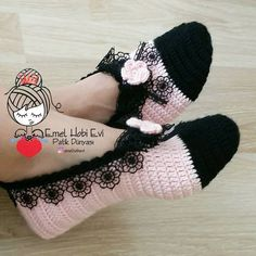 Yeni güne, yeni haftaya ve sizlere merhaba 🙋 Siyah dantelin kullanıldıg. Hello to the new day, to the new week and to you şık I love the stylish look of the black lace everywhere 👍 Great on the Knitting Socks, Free Knitting, Baby Knitting, Knitting Patterns, Crochet Patterns, Crochet Woman, Crochet Baby, Knit Crochet, Beginner Crochet Tutorial