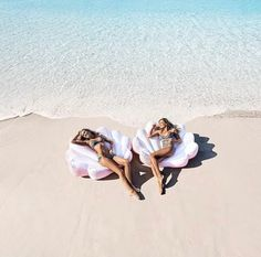 Hold your dreams like a seashell and listen to your heart 💕 Bikini Luxe, Earth Photos, Pool Floats, Sea Shells, Caribbean, Cool Photos, Swimming, Ocean, Vacation