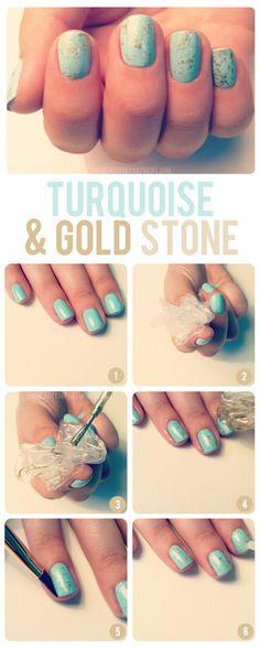 Cosa serve: smalto azzurro, smalto oro, plastica  -dipingere le unghie di azzurro -sporcare la plastica di oro e picchiettarla sull'unghia -rimuovere eventuale smalto oro fuori d…