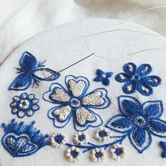 Hand Embroidery Projects, Basic Embroidery Stitches, Embroidery Applique, Embroidery Patterns, Lazy Daisy Stitch, Treadle Sewing Machines, Straight Stitch, Vintage Embroidery, Needle And Thread
