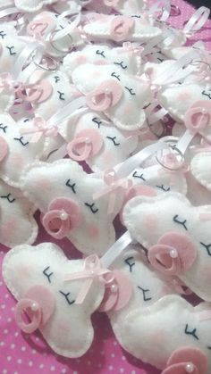 Ideal for maternity party favors, baby shower and parties in general. Accompanies bag and ribbon, for tag we ask . Baby Crafts, Felt Crafts, Diy And Crafts, Crafts For Kids, Distintivos Baby Shower, Baby Shower Themes, Baby Shower Gifts, Baby Shawer, Baby Toys