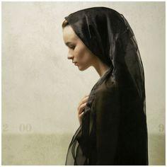 La veuve ésseulée... Artista: Louis Treserras ( . Francés , b , 1958) { realismo figurativo mujer hermosa cabeza femenina cara retrato contemporáneo