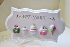 """2014 - Targa decorativa in legno """"PATISSERIE"""" dipinta, e decorata con gessetti dipinti a mano"""