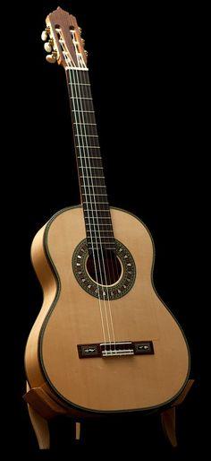 Jeronimo Maya Flamenco Guitar Especial blanca. More info: https://www.lasonanta.eu/en/guitarras-flamencas/jeronimo-maya-flamenco-guitar-especial-blanca-2013.html