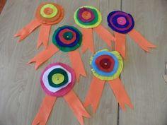 Medailles maken door cirkels van vilt te knippen