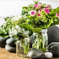 Deux bouquets de roses dans des bocaux MasonJars Ball (8 et 16oz regular) #masonjar #bocal #Bocaux #masonBall #perfectmason #bouquet #bouquetcampagne #galet #Bouquetbretagne #bretagne #campagnechic #lecomptoiramericain #fleur #bouquetdefleur #flower #flowerpower #décochic Flower Power, Bouquet Champetre, Mason Jars, Glass Vase, Flowers, Home Decor, Bunch Of Flowers, Canning Jars, Pebble Stone