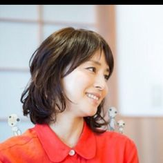 逃げ恥に出ている石田ゆり子さんが可愛いと絶賛されています。 奇跡の40代とも言われていますよね。 そんな「ゆりちゃん」の髪型を真似したいという方も多いのではないでしょうか? 今回は美容師目線で詳しく石田ゆり子さんの髪型について解説したいと思います。 オーダーのポイントは? Portrait Photo, Asian Woman, Lace Detail, My Favorite Things, Lady, People, Beauty, Asian Ladies, Instagram
