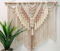 Siga a gente nas redes sociais Macrame Wall Hanging Patterns, Large Macrame Wall Hanging, Macrame Patterns, Hanging Wall Art, Wall Hangings, Quilt Patterns, Hanging Beds, Hanging Chairs, Canvas Patterns