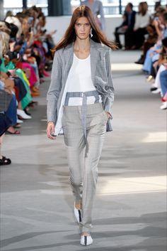 Guarda la sfilata di moda Tibi a New York e scopri la collezione di abiti e accessori per la stagione Collezioni Primavera Estate 2018.