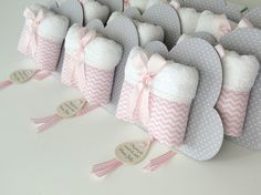 Lembranicnha super bacana para Maternidade: Toalhinha na embalagem de Nuvem!!! --- Chevron rosa bebê com poá cinza --- A placa nuvem mede 17 x 11,5 cm e é feita em papelão revestido em tecido, possui verso branco com perfeito acabamento de corte. Toalhinha luxo tem as dimensões aproximadas...