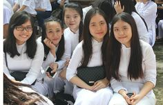 Schönes Lachen von vietnamesichen Studentinen