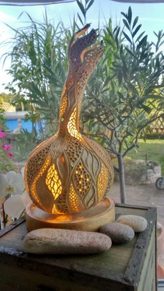 Handmade gourd lamp by Die Kürbiswerkstatt Indonesian Decor, Decorative Gourds, Gourd Lamp, Painted Gourds, Creation Deco, Art Carved, Wood Display, Diy Woodworking, Basket Weaving