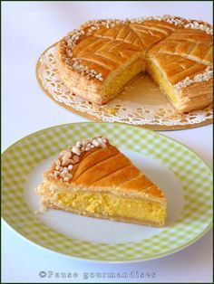 Galette des rois amandes clémentines (43) Christmas Desserts, Fun Desserts, Gourmet Recipes, Sweet Recipes, French Recipes, Crepe Recipes, Healthy Cake, French Pastries, Dough Recipe