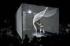 La luce si piega insieme alla ballerina in questa incredibile performance a proiezione mappata | The Creators Project