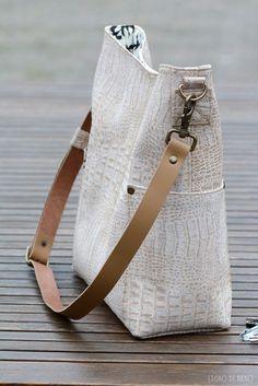 Onlangs lanceerde Mevrouw Noodlehead haar nieuwste tassenpatroon, de Compass Bag . Toen ik de mooie plaatjes op IG zag passeren gaf dat in... #bohototebagpattern