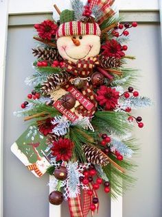 Unique And Modern Christmas Wreaths Decoration Ideas 39 Christmas Swags, Christmas Door, Modern Christmas, Holiday Wreaths, All Things Christmas, Holiday Crafts, Christmas Holidays, Christmas Decorations, Christmas Ornaments