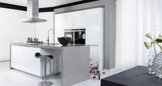 Design keuken met kookeiland in grijs en wit