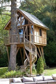 This Tree House Design Ideas For Adult and Kids, Simple and easy. can also be used as a place (to live in), Amazing Tiny treehouse kids, Architecture Modern Luxury treehouse interior cozy Backyard Small treehouse masters Beautiful Tree Houses, Cool Tree Houses, Tree House Designs, Tiny House Design, Lyons La Foret, Tree House Interior, Tree House Plans, Diy Tree House, Garden Tree House