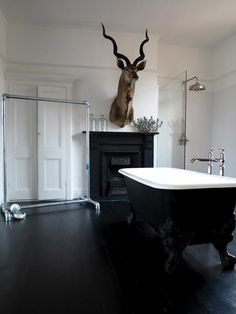 black-and-white-retro-classic-interior-bathroom-design-white-painted-wall-paint-deer-head-sculpture-black-floor-tile-white-corian-walk-in-bathtub-white-vintage-wood-double-swing-door-black-and-white-948x1263.jpg (948×1263)