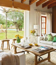 Si son de madera natural, las piezas rústicas encajan también en ambientes actuales. Decóralas con detalles de cristal y flores, y les darás más ligereza.