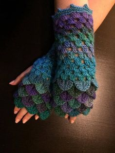 Dragon Scale Finger-less Crochet Gloves | 1001 Crochet