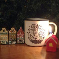 Nuestras tazas de acero esmaltado RETROPOT con diseños de IRIA PROL en navidad www.retropot.es Tazas de metal, personalizadas y colección propia. Tazas de acero esmaltado RETROPOT retro y vintage