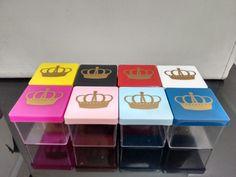 Caixinhas acrílico tampa colorida com estampa coroa dourada. R$ 1,30 cada. Cores: Amarelo, Preto, Branco, Azul, Azul bebê, Rosa, Rosa bê, Vermelho e Verde.
