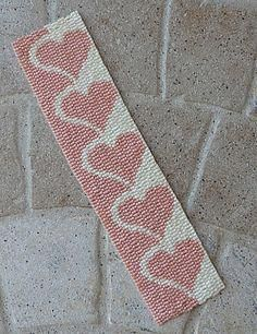 Marque page Honey Hearts : Marque-pages par Bead Loom Bracelets, Beaded Bracelet Patterns, Jewelry Patterns, Loom Bands, Beading Projects, Beading Tutorials, Beading Ideas, Beading Supplies, Loom Bracelets