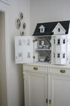 How I would enjoy having a doll house again - I made one for Cissy from a kit but it has been passed on. white life ©: Time of (childhood) memories