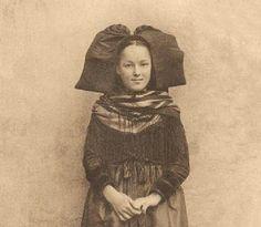 Une jeune fille en costume alsacien à Mietesheim.