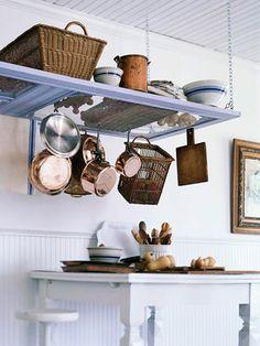 Ganchos para pendurar panelas e utensílios na cozinha.