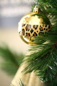 Duct tape strip on an ornament! Could do this with a red ball and houndstooth duct tape for Bama! Elegant Christmas, Winter Christmas, Christmas Time, Gold Christmas, Merry Christmas, Christmas Ornaments To Make, Christmas Lights, Homemade Ornaments, Diy Ornaments
